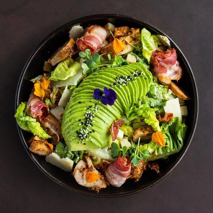 Kleurrijke pokebowl van The Avocado Show