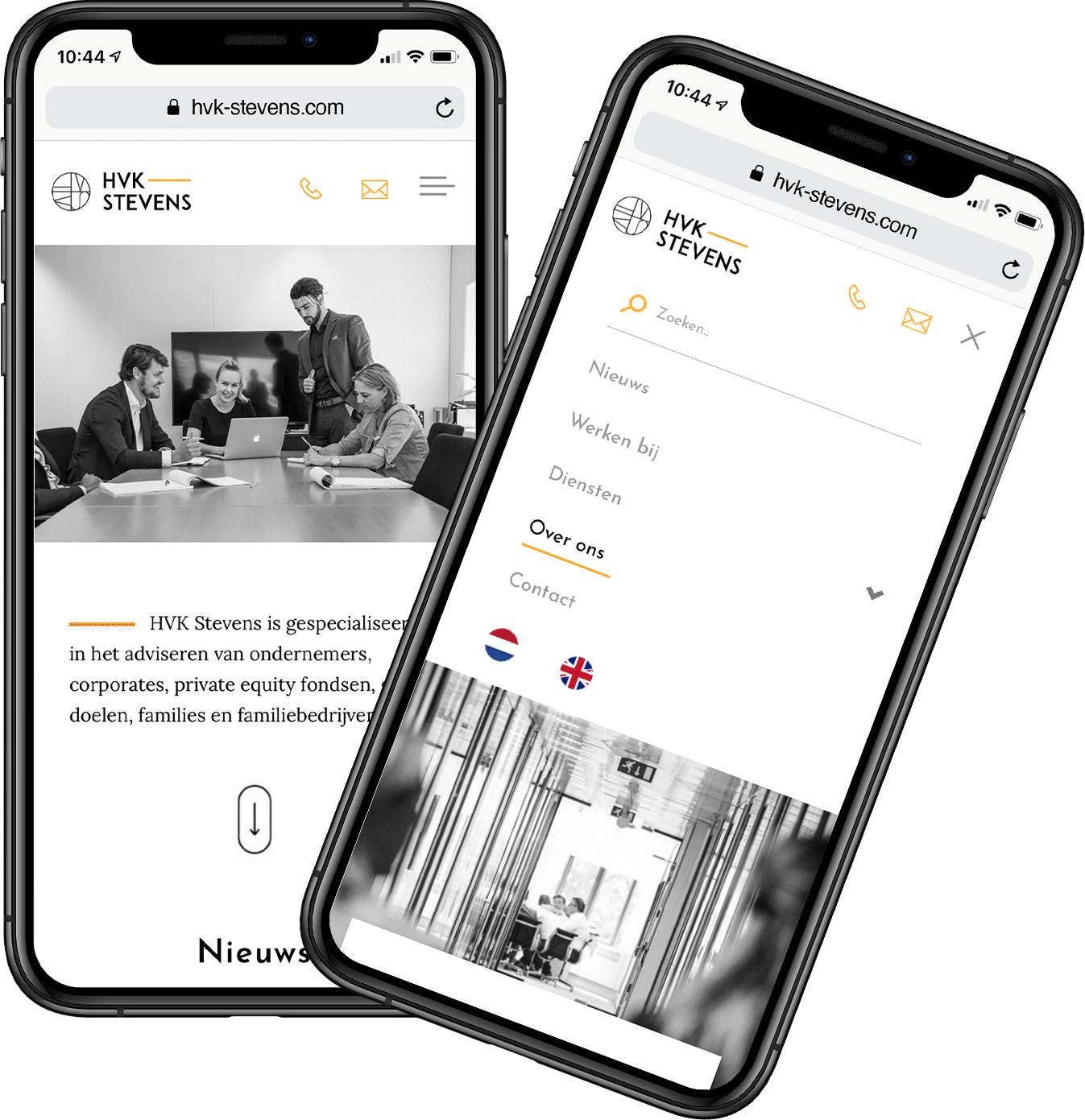 Twee iPhones waar de HVK Stevens website op weergegeven is