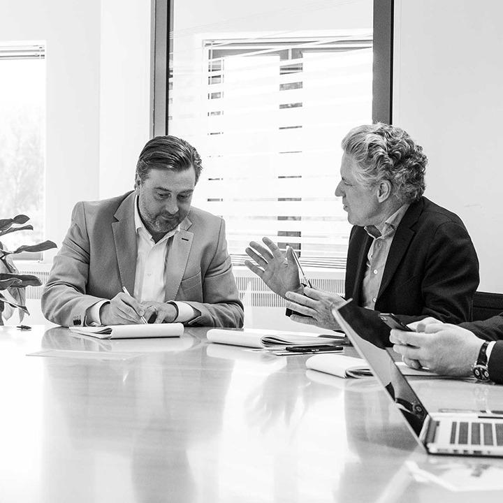 Zwart wit afbeelding van twee medewerkers van HVK Stevens tijdens een overleg