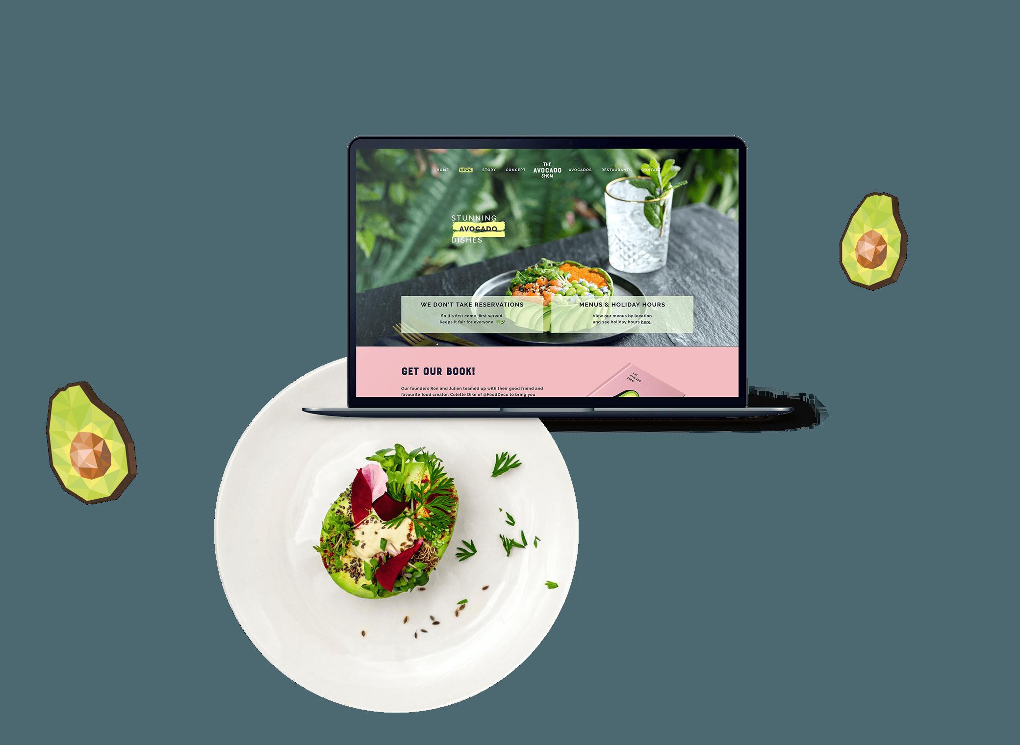 Gerecht van The Avocado Show op een bord, naast de website weergegeven op een MacBook